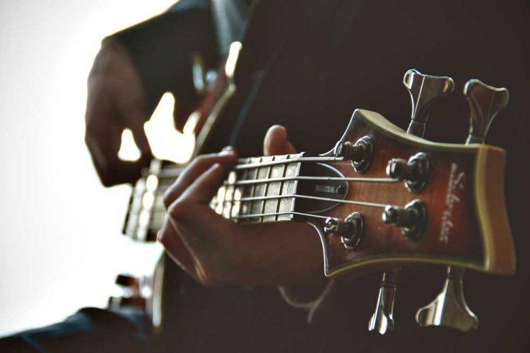 Pemain bass | Foto: Derek Truninger via Unsplash