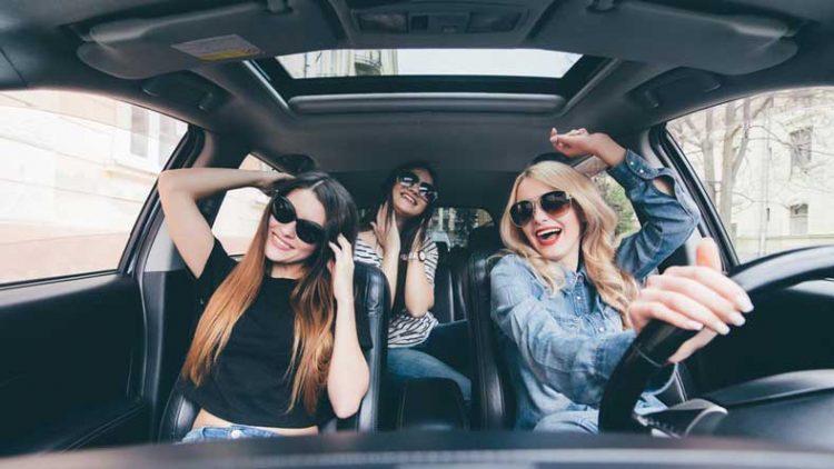 Mendengarkan musik di mobil | Foto: Shutterstock