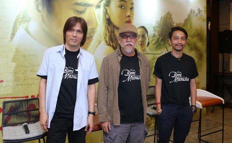 Once Mekel, Iwan Fals dan Fiersa Besari membawakan kembali lagu 'Ibu Pertiwi'   Foto: Daniel Kampua via Kapanlagi