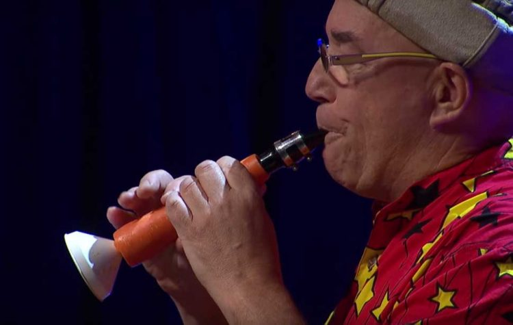 Linsey Pollak memainkan alat musik dari wortel | Gambar: Tangkapan layar YouTube TEDx Talks